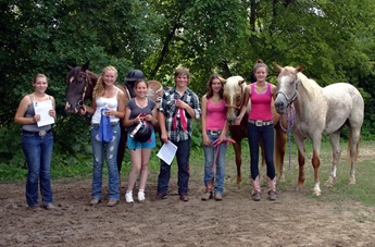 4-H kids with a red roan, palomino, and a bay horse